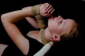 Kvinde bundet med reb til BDSM