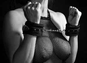Kvinde i nettrøje og sexhåndjern