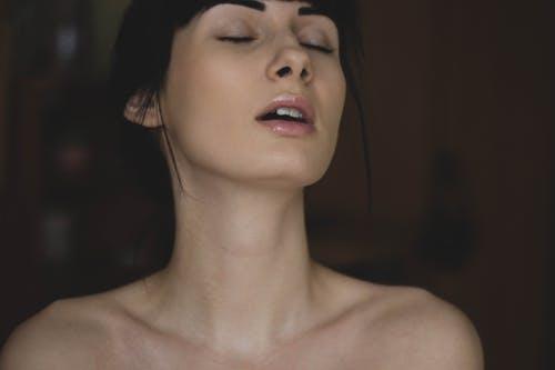 Kvinde der får orgasme via anal