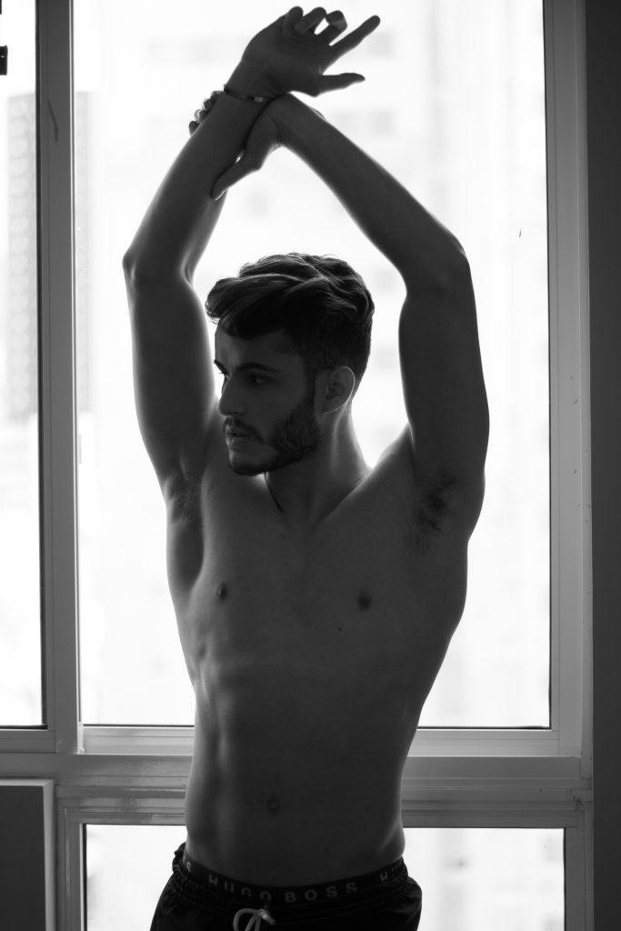 Attraktiv mand der laver penis øvelser